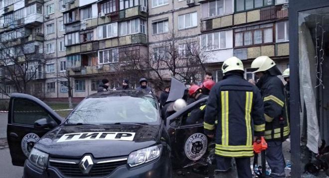 В Киеве авто влетело в остановку: есть погибший и пострадавшие - фото