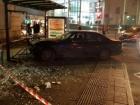 Во Львове автомобиль въехал в остановку общественного транспорта с людьми
