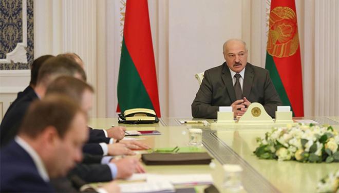 """Лукашенко о белорусах за рубежом: """"Поехал - будешь там сидеть, пока не закончится эта пандемия"""" - фото"""
