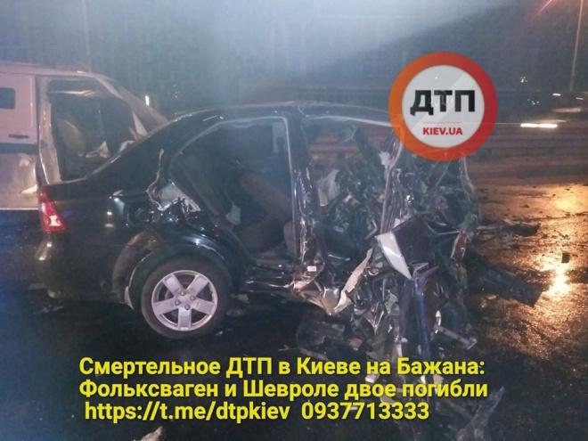 На Бажана инкассаторская машина столкнулась с легковушкой, есть погибшие - фото