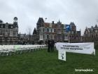 У российского посольства в Гааге установили 298 стульев