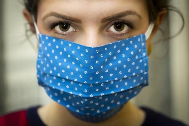 Лучше всего защищают самодельные маски из двух видов ткани, говорится в исследовании - фото