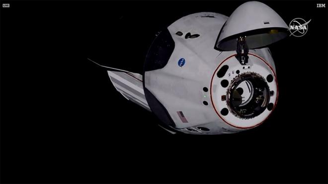 Crew Dragon успешно пристыковался к МКС - фото