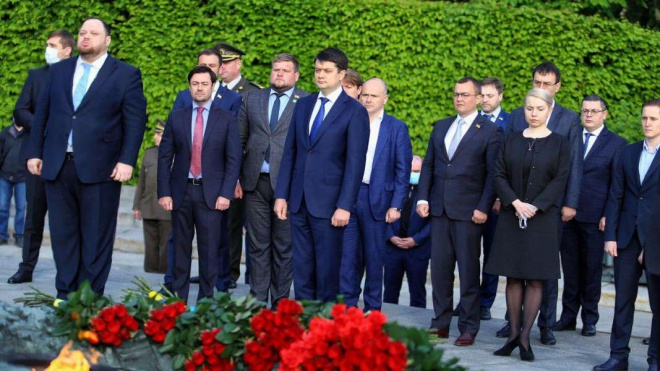 Разумков и представители ВР вместе посетили мемориал в парке без масок - фото